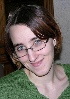 У очкастой телочки классные волосатые дырки, она показывает их и идет принимать ванну - фото 2