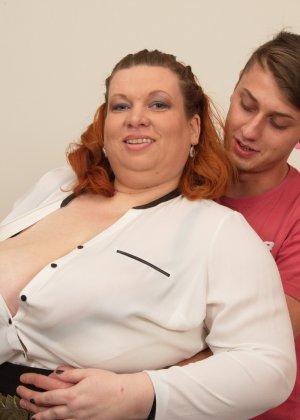 Зрелой женщине с пышной фигурой достается стройный молодой парень, который готов ее ублажать - фото 2