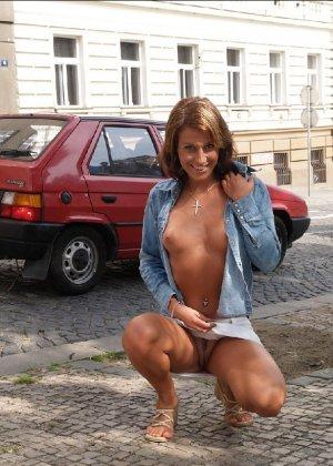 Тина обожает обнажаться на улицах города, в публичных местах, при этом шокируя прохожих своей откровенностью - фото 15