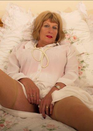Кокетливой бабуле нравится носить эротическое белье под своим скромным нарядом - фото 8
