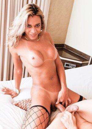 Горячий транс в чулочках отымел своего дружка бисексуала в попку, доказывая, что это будет ему приятно - фото 14