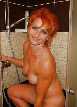 Зрелая женщина без стеснения раздевается и показывает свое тело, за которым она любит ухаживать - фото 8