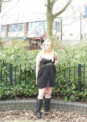 Смелая телочка София не носит белья и даже готова обнажиться в городском парке посреди дня - фото 1