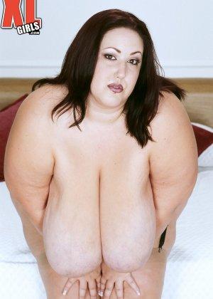 Жирная толстуха очень хочет похвастаться своими гигантскими буферами, поэтому выкладывает свои достоинства - фото 14