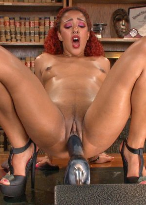 Дейзи доводит себя с помощью разных секс-машин до мощных оргазмов и сквирта - фото 16