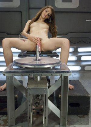 Виллоу Хаерс осталась одна наедине со своими желаниями и секс машинами, которые могут их исполнить - фото 14