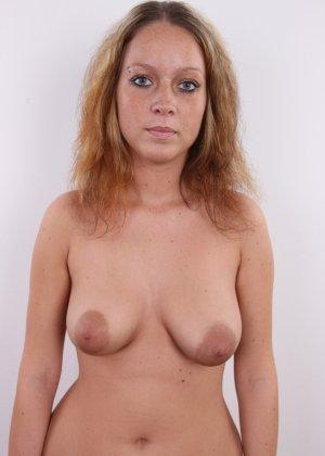 Сероглазая девчонка с гибкой талией позволяет снять на камеру все, даже голенькую киску - фото 8