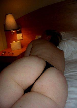Втайне от жены мужик снимает ее голое тело, когда она купается и когда спит, чтобы подрочить потом в туалете - фото 2