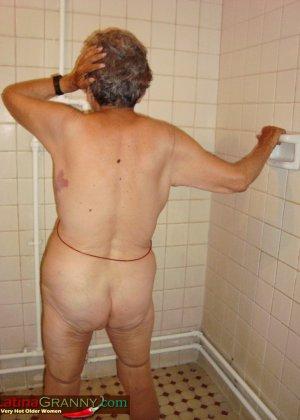 Пожилая Омма Пасс позирует обнаженной в душе - фото 7