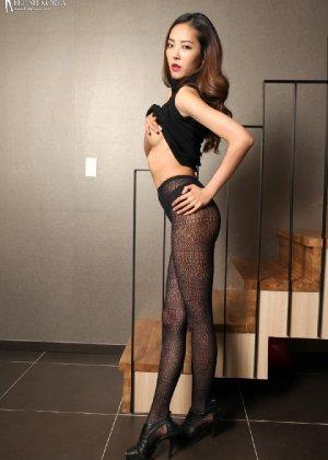 Азиатка постепенно освобождается от одежды и остается совсем обнажена, показывая стройное тело - фото 36