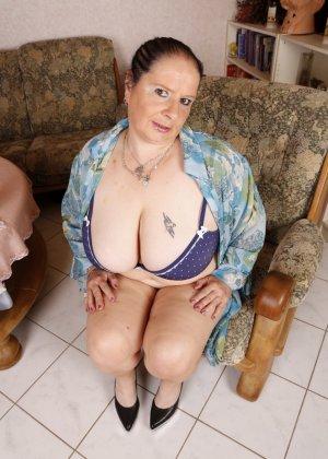 Огромные буфера этой зрелой женщины поразят кого угодно, тем более, когда их можно разглядеть так близко - фото 12