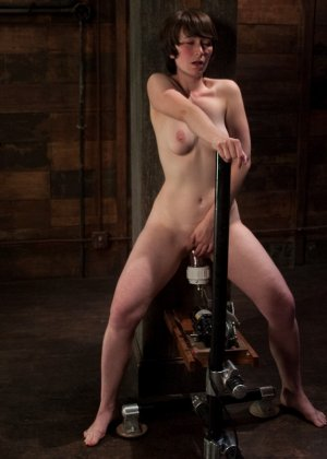 Муж подарил жене вечерний сеанс в закрытом клубе, где она смогла вдоволь потрахаться с секс машиной - фото 19