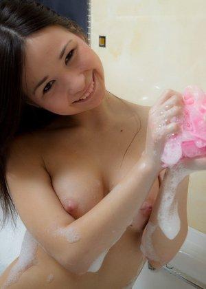 Милая развратная азиатка принимает ванну и показывает свою лысую киску на всеобщее обозрение - фото 5