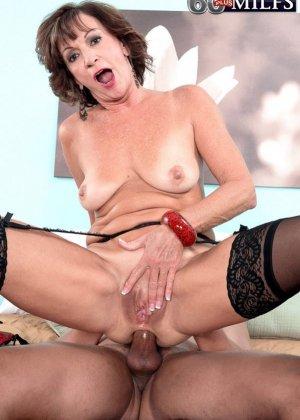 У Синди Лейн есть молодой горячий любовник, который просто обожает долбить ее задний проход - фото 1