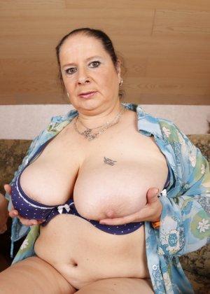 Огромные буфера этой зрелой женщины поразят кого угодно, тем более, когда их можно разглядеть так близко - фото 13