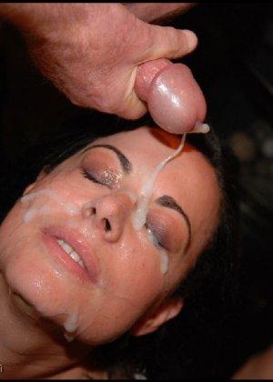 Грязная сучка обожает, когда ей кончают на лицо, и дожидается, пока ее всё лицо оказывается в сперме - фото 13