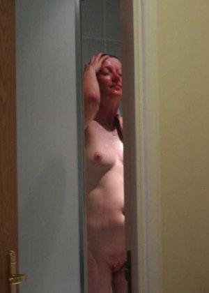 Втайне от жены мужик снимает ее голое тело, когда она купается и когда спит, чтобы подрочить потом в туалете - фото 13