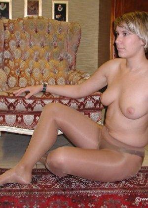 Миа Зиммер показывает свою грудь, но низ она не снимает, оставаясь в колготках и трусах - фото 57