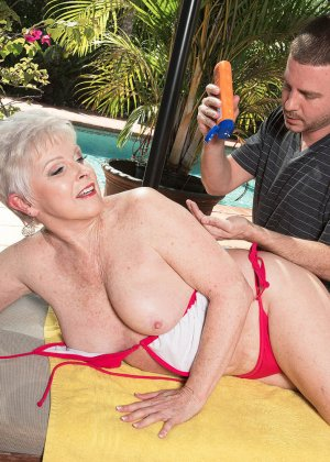 Распутной пожилой женщине мало того, что парень ей намазал спину кремом, она хочет трахаться с ним - фото 4