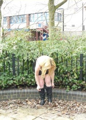 Смелая телочка София не носит белья и даже готова обнажиться в городском парке посреди дня - фото 2