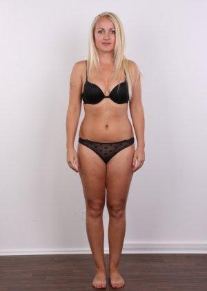 Блонда с рисунком бабочки на спине имеет неплохие формы, ее пизденка тоже весьма неплоха - фото 3