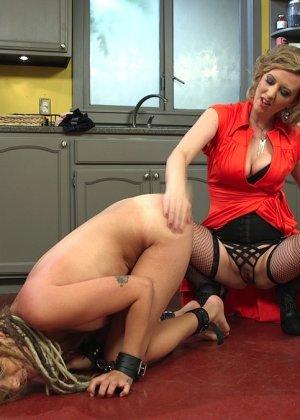 Опытная шлюшка показывает своей подружке, как можно стать настоящей профессионалкой в сексе - фото 6