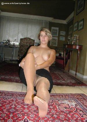 Миа Зиммер показывает свою грудь, но низ она не снимает, оставаясь в колготках и трусах - фото 37