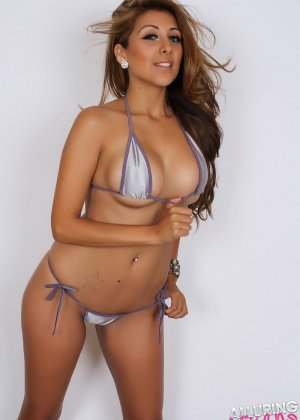 На Софии крохотное бикини, но оно лишь немного прикрывает ее эффектную, стройную фигуру - фото 5