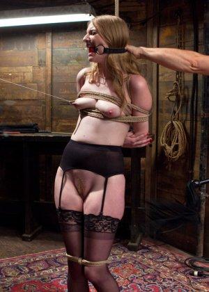Ела Дарлинг с удовольствием принимает наказание от рук опытного Мики Мода и его ненасытного друга - фото 5- фото 5- фото 5