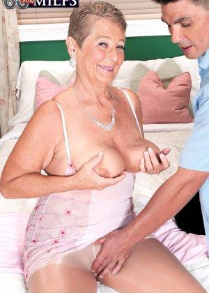 Великолепной женщине Джоанне Прис разорвал колготки и вставил хер в ее бритую пизду - фото 4