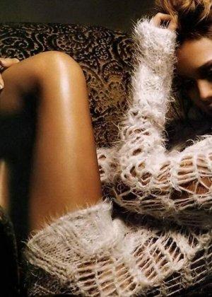 Бесстыжая красотка Джессика Альба кутается в простынь, но позволяет увидеть свой роскошный изгиб талии и нежное бедро - фото 8