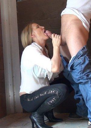 Опытная развратница знает, как правильно сделать минет и соблазнить мужчину для секса - фото 6