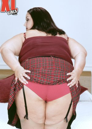 Жирная толстуха очень хочет похвастаться своими гигантскими буферами, поэтому выкладывает свои достоинства - фото 4