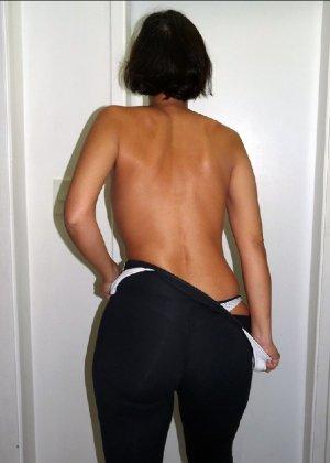 Женщина встает спиной к камере и показывает свою большую задницу в одежде, а затем в трусах - фото 12
