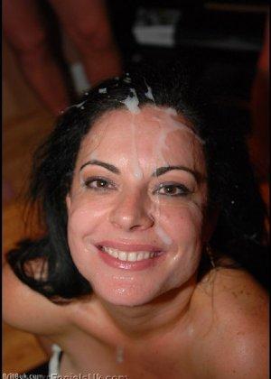 Грязная сучка обожает, когда ей кончают на лицо, и дожидается, пока ее всё лицо оказывается в сперме - фото 1