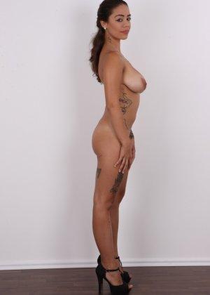 Восхитительная телочка осталась без своего черного платья - фото 11