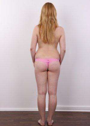 Рыжеволосая девушка оказывается не из стеснительных и показывает свое обнаженное тело - фото 7