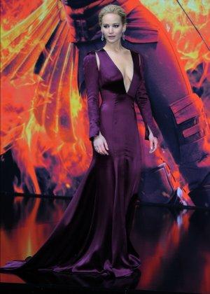 У Дженнифер Лауренс довольно откровенное декольте, заставляющее многих заглядывать в него как можно глубже - фото 6