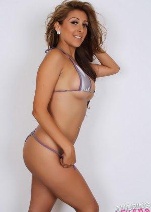 Горячая модель с экзотической внешностью показывает свою красивую фигуру под крохотным бикини - фото 9