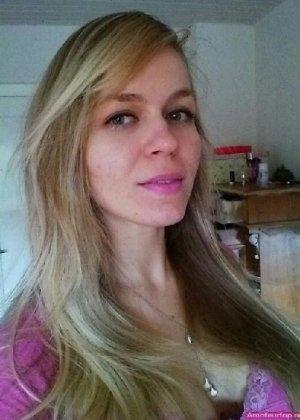 Милая блондинка знает, какую позу надо принять, чтобы выглядеть сексуально и возбудить мужчину - фото 38