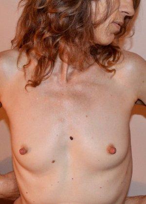 Женщина скрывает свое лицо, зато показывает наглядно, насколько маленькой бывает грудь - фото 24