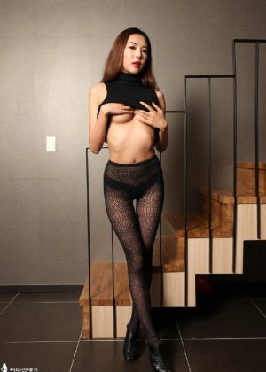 Азиатка постепенно освобождается от одежды и остается совсем обнажена, показывая стройное тело - фото 32