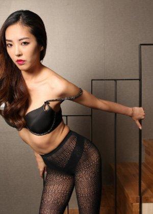 Азиатка постепенно освобождается от одежды и остается совсем обнажена, показывая стройное тело - фото 51