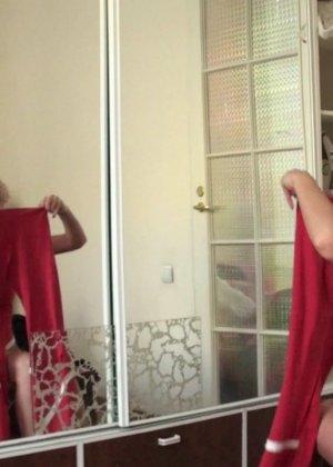 Кудрявая женушка собирается на работу и перебирает одежду, супруг с удовольствием наблюдает за этим ее занятием - фото 11