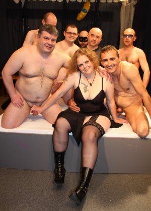 На одну толстую женщину накидываются сразу несколько самцов, и она торопится обслужить каждого - фото 5
