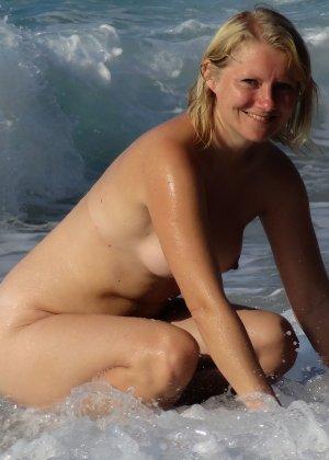 Линда обожает купаться, при этом не стесняется раздеваться догола и позировать перед камерой - фото 2