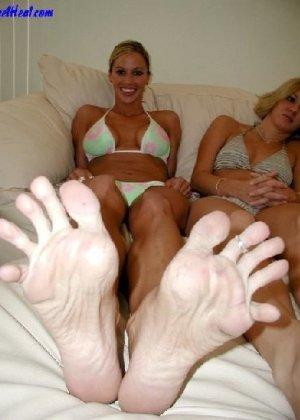 Девушки развлекаются, как могут, при этом обнажаясь перед камерой и показывая нежные стопочки - фото 34