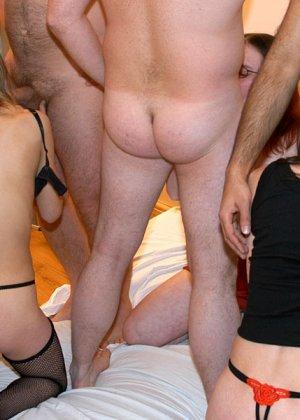 Для трех развратных подруг нашлась толпа мужиков, которые любят много секса и не прочь потрахаться прилюдно - фото 3