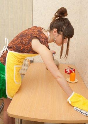 Наташа Китхен так устала готовить, что решила немного развлечься, сняв с себя всю одежду - фото 1