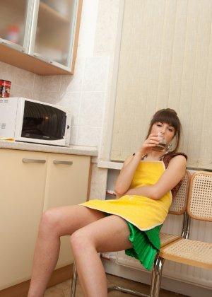 Наташа Китхен так устала готовить, что решила немного развлечься, сняв с себя всю одежду - фото 54